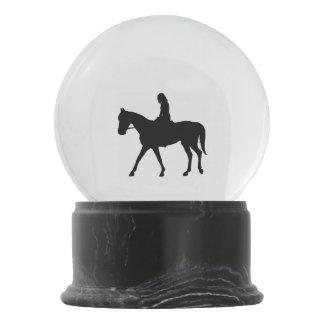 Mädchen auf Pferd Schneekugel