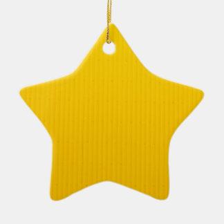 Mädchen, das gegen enorme gelbe Wand geht Keramik Stern-Ornament