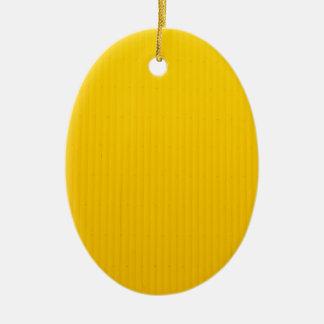 Mädchen, das gegen enorme gelbe Wand geht Ovales Keramik Ornament