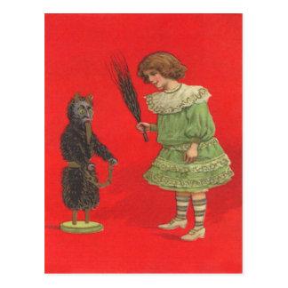Mädchen, das mit Krampus Puppe spielt Postkarte