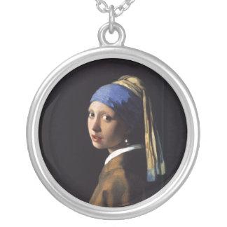 Mädchen mit einer Perlen-Ohrring-Malerei von Versilberte Kette