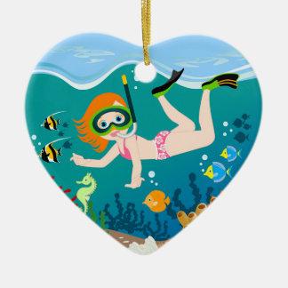 Mädchenschwimmer hat ein Geburtstags-Party Keramik Herz-Ornament