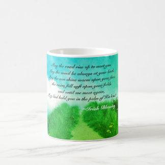 Mai steigen die Straße oben, um Sie, irischen Tasse