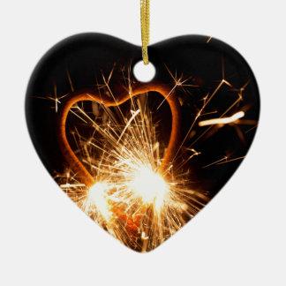 MakroFoto eines brennenden Sparkler in der Form Keramik Herz-Ornament