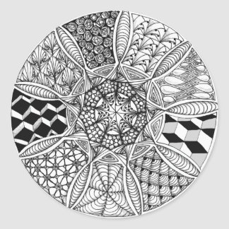 Mandala, der in Schwarzweiss zeichnet Runder Aufkleber
