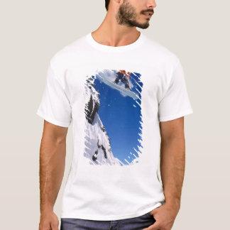 Mann auf einem Snowboard, der weg von einem Gesims T-Shirt