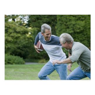 Männer, die Fußball spielen Postkarte