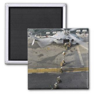 Marinesoldaten bereiten vor sich, ein MH-60S zu Quadratischer Magnet