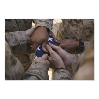 Marinesoldaten falten eine amerikanische Flagge Kunstphotos