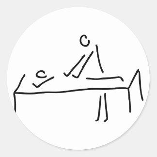 Masseur massiert in Reha Kur Massage Runder Aufkleber