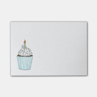 Mattierter Geburtstags-kleiner Kuchen mit Post-it Klebezettel