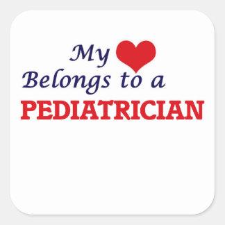 Mein Herz gehört einem Kinderarzt Quadratischer Aufkleber