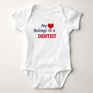 Mein Herz gehört einem Zahnarzt Baby Strampler