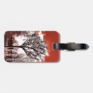metal Baum auf der Foto-Rottönung des Feldes Gepäckanhänger