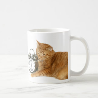 Miezekatze wachen auf kaffeetasse
