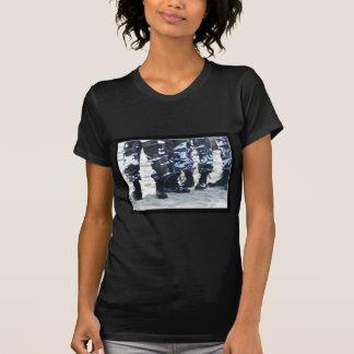 Militär lädt T - Shirt auf