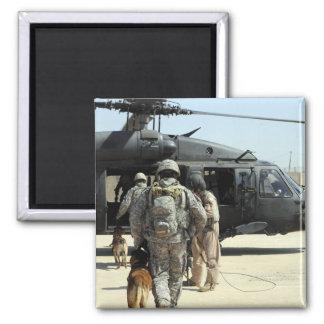 MilitärarbeitsHundeführer verschalen ein helicopte Quadratischer Magnet