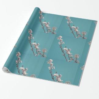 Mit Blumen auf blauem Hintergrund Geschenkpapier