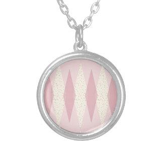 Mitte- des Jahrhundertsmoderne rosa Rauten-runde Halskette Mit Rundem Anhänger