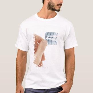 MODELL FREIGEGEBEN. Zahnmedizinischer T-Shirt