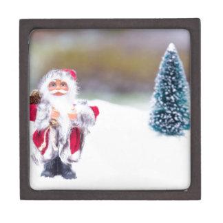 Modell von Weihnachtsmann stehend im weißen Schnee Schmuckkiste