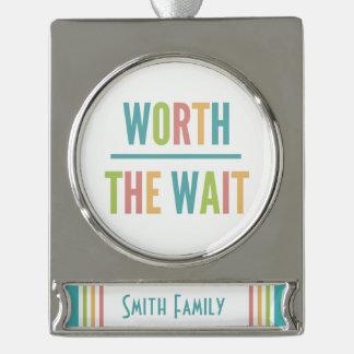 Modern wert die Wartezeit - Adoption, neues Baby Banner-Ornament Silber