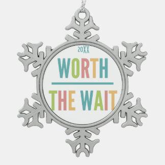 Modern wert die Wartezeit - Adoption, neues Baby Schneeflocken Zinn-Ornament