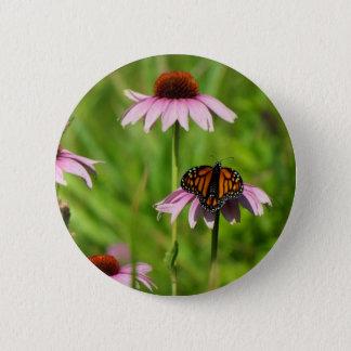 Monarchschmetterling auf einem lila coneflower runder button 5,7 cm