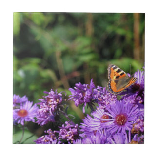 Monarchschmetterling und lila Blumen Keramikfliese
