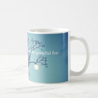 Mond, der an einem Glied-Dankbaren hängt Tasse