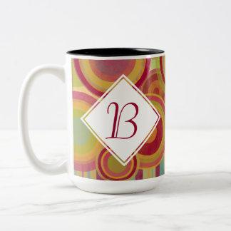 Monogramm-Tasse mit den hellen, bunten Ringen u. Zweifarbige Tasse