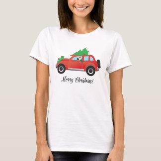 Mops, der Auto mit Weihnachtsbaum auf die T-Shirt