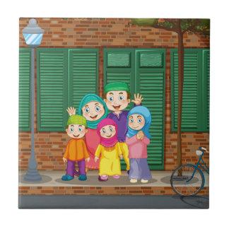 Moslemische Familie, welche die Straße bereitsteht Keramikfliese
