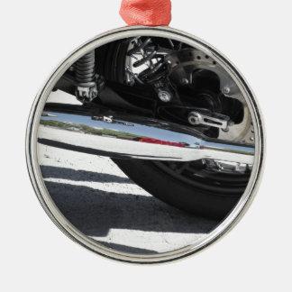 Motorrad chromiertes Auspuffrohr. Seitenansicht Silbernes Ornament