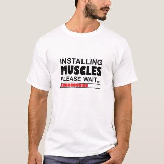 Muskeln installierend, bitte warten lustigen T - T-Shirt