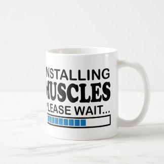 Muskeln installierend, warten Sie bitte Blau Kaffeetasse