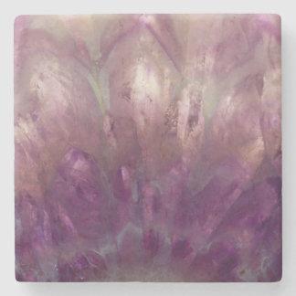 Nah oben von einem lila Amethyst Steinuntersetzer