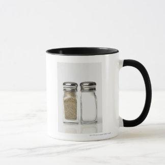 Nahaufnahme eines Salzes und des Tasse