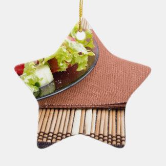 Nahaufnahmeansicht einer Platte mit frischem Salat Keramik Stern-Ornament