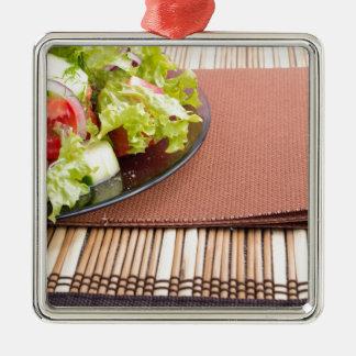 Nahaufnahmeansicht einer Platte mit frischem Salat Quadratisches Silberfarbenes Ornament