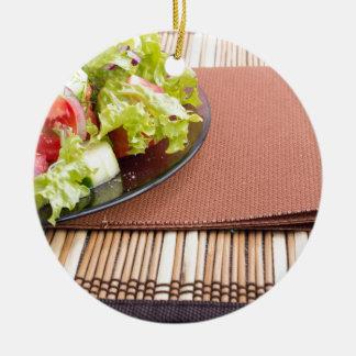 Nahaufnahmeansicht einer Platte mit frischem Salat Rundes Keramik Ornament