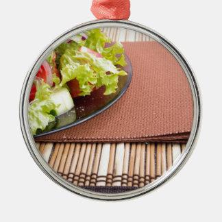 Nahaufnahmeansicht einer Platte mit frischem Salat Rundes Silberfarbenes Ornament
