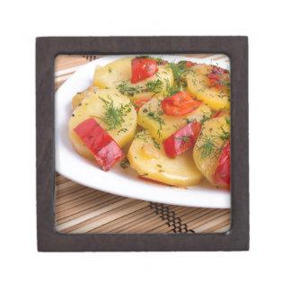 Nahaufnahmeansicht über Scheiben der Kartoffel auf Kiste