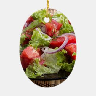 Nahaufnahmeplatte mit einem Salat der gehackten Ovales Keramik Ornament
