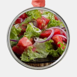 Nahaufnahmeplatte mit einem Salat der gehackten Silbernes Ornament