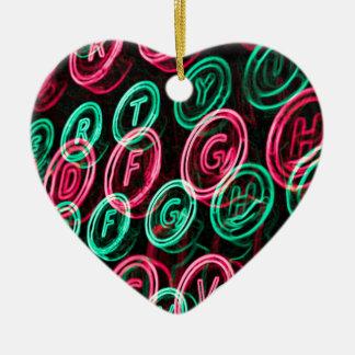 Nahes hohes der Neonschreibmaschinenschlüssel Keramik Herz-Ornament