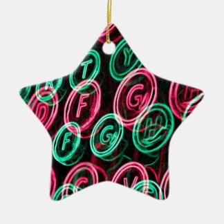 Nahes hohes der Neonschreibmaschinenschlüssel Keramik Stern-Ornament