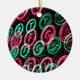 Nahes hohes der Neonschreibmaschinenschlüssel Rundes Keramik Ornament