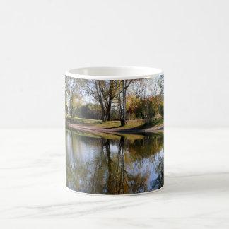 Natur-Herbst-Baum-Wasser-Szene Tasse