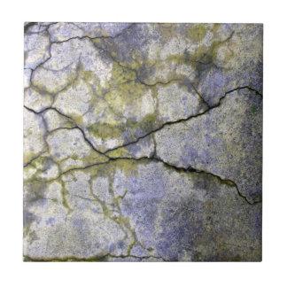 Natürlicher gebrochener Stein mit Keramikfliese